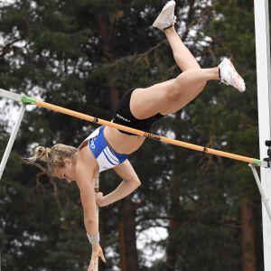 Elina Lampela hoppar stav.