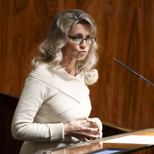 Riksdagsledamoten Päivi Räsänen (KD) i riksdagen. Hon talar i en mikrofon.