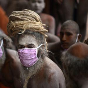 Hindujen pyhä mies, sadhu, osallistui Kumbh Mela-juhlaan maanataina Haridwarissa.