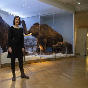 Kuvassa eläinmuseon intendentti Laura Arppe