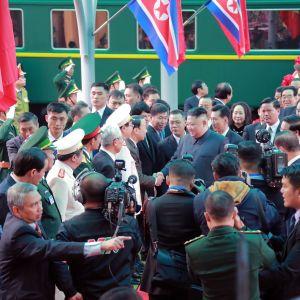 Nordkoreas officiella nyhetsbyrå gav ut detta fotografi av Kims ankomst till den nordvietnamesiska järnvägsstationen Dong Dang