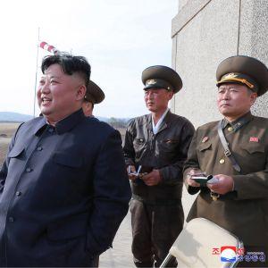 Nordkoreas ledare Kim Jong-Un övervakade vapenprovet personligen, enligt  officiella medier som gav ut denna bild