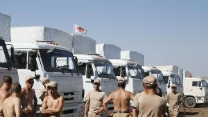 Röda korsets flagga på rysk humanitär konvoj.