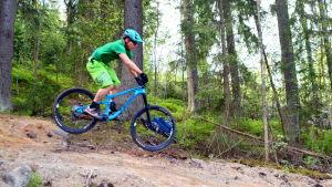 cyklist hoppar