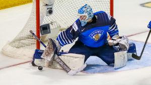 Ukko-Pekka Luukkonen vaktar målet mot Sverige.