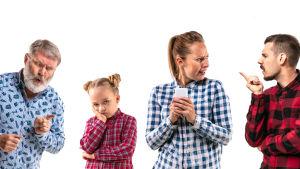 Arg äldre man, trött liten flicka, ilsken yngre kvinna och man