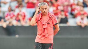 José Mourinho på gräset i samband en träningsmatch mot Bayern München.