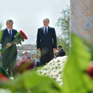 Shavkat Mirzijajev (tv) lade en krans den här veckan tillsammans med Rysslands president Vladimir Putin för att hedra den avlidne, långvarige presidenten Islam Karimov