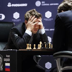 Magnus Carlsen gnuggar geniknölarna i VM-finalen i schack i New York 2016.