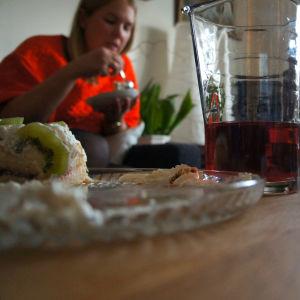 Två personer vid ett kaffebord.