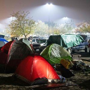 Nattlig bild av tältby på en parkeringsplats i Chico efter kaliforniska skogbranden.