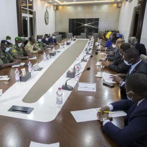 Malin vallankaappaajat ja Länsi-Afrikan maiden edustajat istuivat kokouspöydän äärellä.