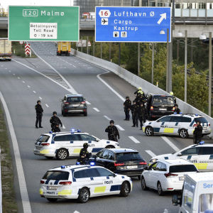 Den danska polisen har stängt av trafiken i riktning mot Sverige.