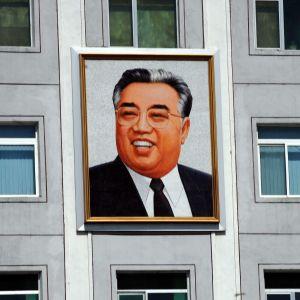 Tavla av Nordkoreas grundare Kim ll-sung.