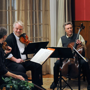 Mark Ivanir, Philip Seymour Hoffman, Christopher Walken ja Catherine Keener elokuvassa A Late Quartet