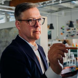 Skådespelaren RIko Eklundh målar en tavla vid stafli.