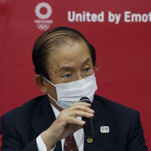 Toshiro Muto talar i mikrofon.