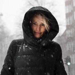 Helena Sandman fotograferad utomhus i Helsingfors.