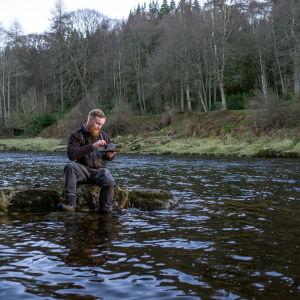Aleksi Klytseroff kalastamassa Skotlannissa.