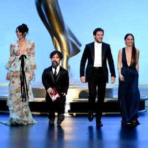 Got-stjärnorna Lena Headey, Peter Dinklage, Kit Harington och Emilia Clarke äntrar scenen på Emmy Awards 2019.