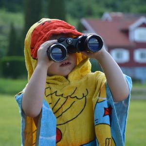 Ett barn tittar genom en kikare.