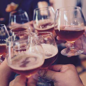 Kuvassa kilistellään alkoholipitoisilla juomilla.