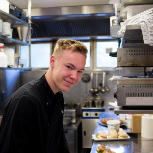 Ville Henriksson jobbar som kock i Mariehamn för andra sommaren i rad. Han säger att det finns gott om sommarjobb på Åland bara man vågar ta första steget och ta kontakt med företag.