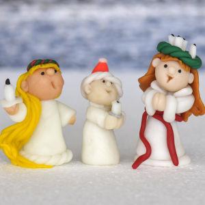 Ett luciatåg av små dockor.