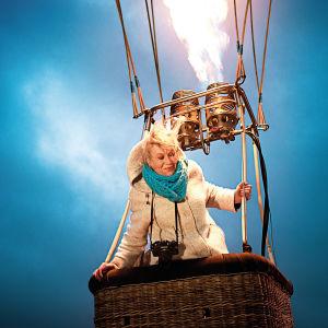 Nainen kuumailmapallossa.