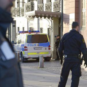 Svenska poliser och polisbilar.