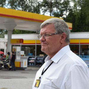 Taxiföretagare  Leif Lindman vid Shell i Pojo.