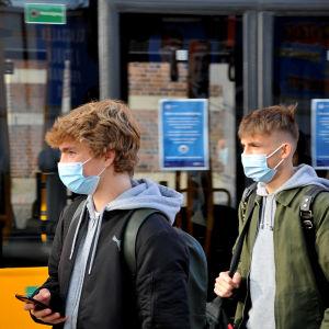 Två ungdomar bär munskydd i Köpenhamn.