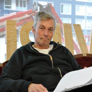 Skådespelaren Robert Enckell sitter i nya Viirus kontor med ett manuskript i handen