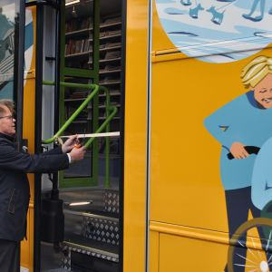 Kaupunginjohtaja Hannu Muhonen avaa uuden kirjastoauton.