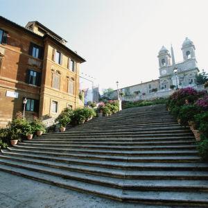 Näkymä Rooman Espanjalaisille portaille ja niiden yläpuolella olevalle Trinità dei Monti -kirkolle.
