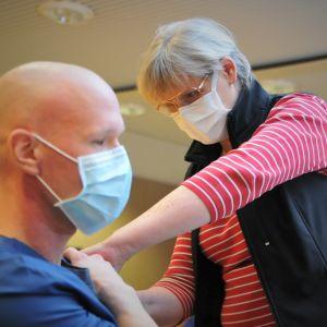 Minna Bonn antamassa Teemu Pöytäkankaalle rokotetta Vaasan keskussairaalassa