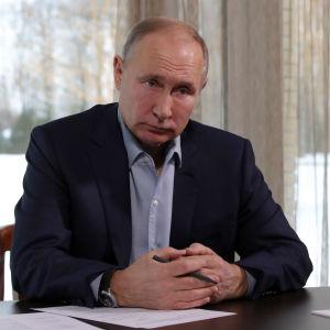 Putin istuu pöydän ääressä