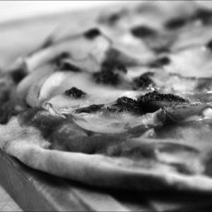 En svartvit bild på en pizza.