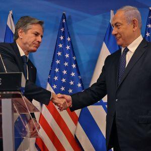 Antony Blinken och Benjamin Netanyahub skakar hand under en presskonferens
