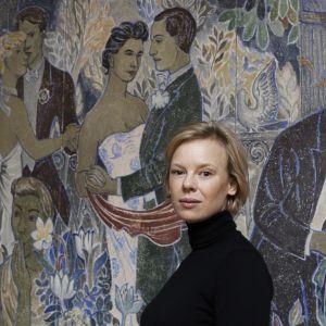Skådespelaren Alma Pöysti framför en av Tove Janssons fresker på Helsingfors konstmuseum HAM.