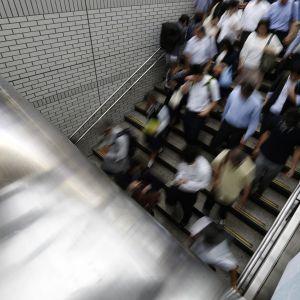 Människor som tar sig till och från tågperrong i Tokyo