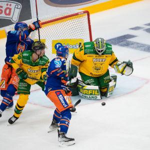 Ilveksen maalivahti Marek Langhamer torjuu Tapparaa vastaan.