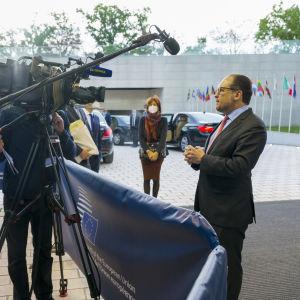 Itävallan ulkoministeri Alexander Schallenberg antaa lausuntoa medialle Luxemburgin kokouksessa