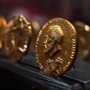 Nobel palkinnon mitaleja lähikuvassa.