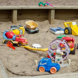Lelut hiekkalaatikossa.
