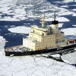 Isbrytaren Sisu kör genom is.