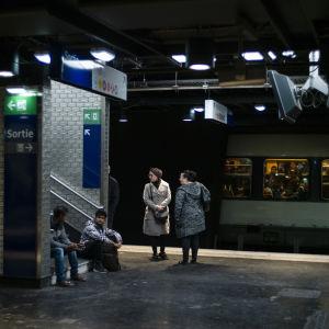 Människor väntar på en perrong under tågstrejken i september