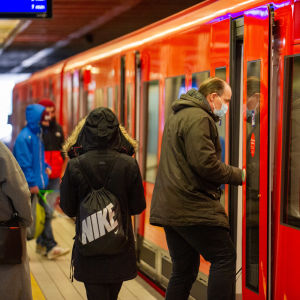 Passagerare stiger på metron i Hagnäs.