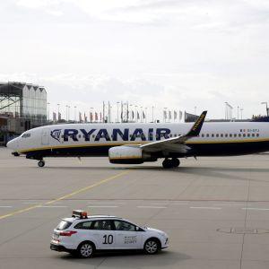 Ryanairs flygplan på en flygplats.
