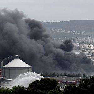 Branden i Lubrizols fabrik i Rouen spred tjock svart rök över hela trakten.